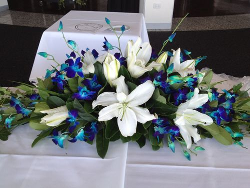 Table Arrangement with a Blue and White Theme
